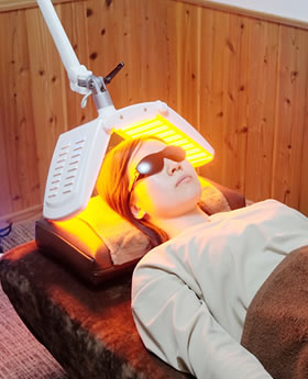 LEDで施術を受けている女性